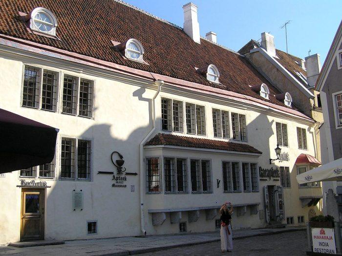 ヨーロッパ最古の薬局|市議会薬局(RAEAPTEEK)